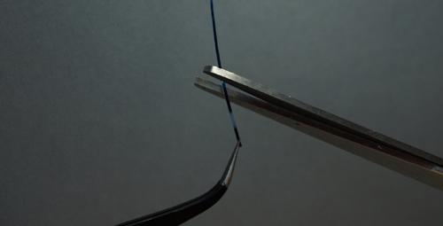 Bước 2: Dùng kéo chia nhỏ các đoạn băng dính sử dụng trên móng