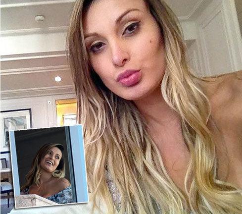 Andressa chụp ảnh tại khách sạn.