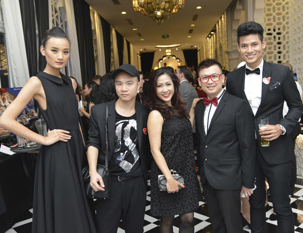 Hai người mẫu chụp ảnh cùng nhà thiết kế Đỗ Mạnh Cường