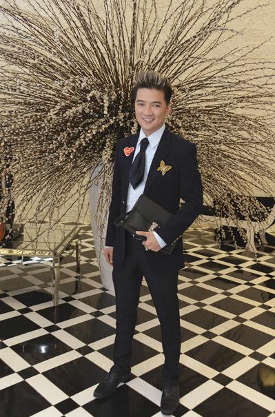 Ca sĩ Đàm Vĩnh Hưng rất lịch lãm, sành điệu. Anh cũng là một trong hai ca sĩ biểu diễn trong chương trình.