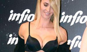 Vợ cựu sao Man City cởi áo khoe vòng một nóng bỏng