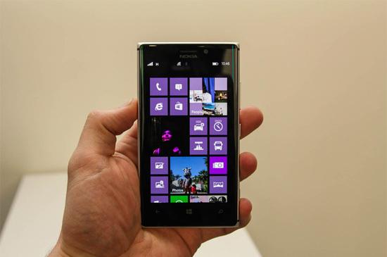 Lumia 925 sở hữu màn hình OLED 4,5 inch độ phân giải 1.280 x 768 pixel. Máy có cấu hình tương đương với model tiền nhiệm 920, với chip lõi kép tốc độ 1,5 GHz, RAM 1 GB nhưng bộ nhớ trong thấp hơn, 16 GB.
