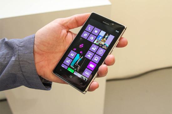 So với 920, Lumia 925 gọn gàng, mỏng và nhẹ hơn. Máy dày chỉ 8,5 mm và nặng 139 gram.