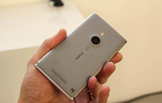 Tuy nhiên, khác với những tin đồn và hình ảnh rò rỉ trước đó, Lumia 925 không dùng chất liệu nhôm nguyên khối, thay vào đó mặt lưng được làm từ chất liệu nhựa Polycarbonate, chỉ có viền làm từ kim loại.