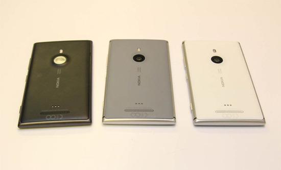 Model không có nhiều màu sắc trẻ trung như các mẫu Lumia gần đây mà chỉ phát hành các bản màu đen, ghi xám và trắng. Lumia 925 sẽ được bán ra trong tháng 6 với giá hơn 600 USD khoảng 12,5 triệu đồng.