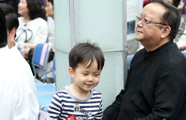 Con trai Vương Cương năm nay đã 5 tuổi, cậu bé tên Đinh Đinh.
