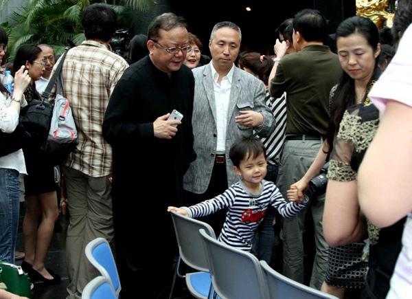 Vương Cương bên vợ ba và con trai.