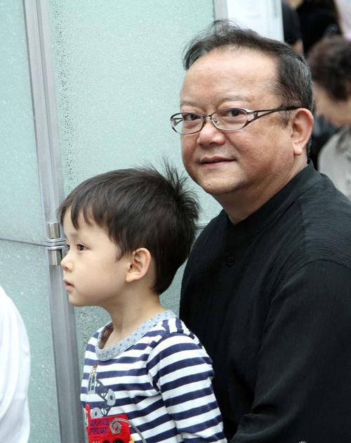 """Nghệ sĩ nổi tiếng Vương Cương đưa """"quý tử"""" tới tham dự một triển lãm ở Bắc Kinh hôm cuối tuần. Năm nay đã 63 tuổi, Vương Cương giờ ở cảnh """"cha già con cọc"""", nhưng cuộc sống được ông chia sẻ là: """"Rất mực hạnh phúc""""."""
