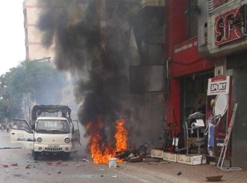 Hiện trường vụ nổ mìn trước tiệm vàng Hoàng Tín vào 11h ngày 21/6/2012.