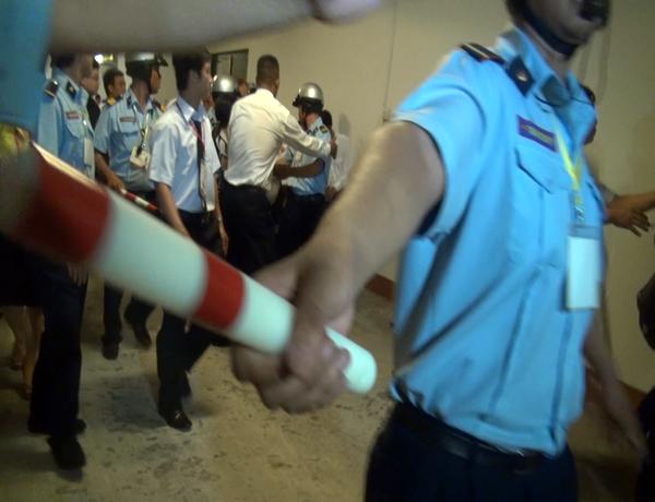 Bảo vệ dàn hàng ngang, dùng dùi cui ngăn cản đám đông