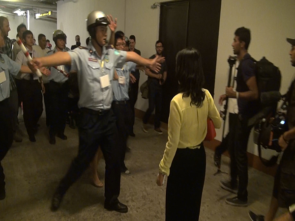 Đến đêm, tại Trung tâm hội nghị White Palace, Q.Phú Nhuận, TP HCM, phóng viên tiếp tục bị ngăn cản tiếp cận Nick Vujicic.