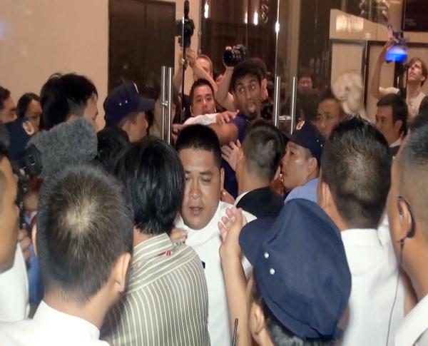 Phóng viên nước ngoài cũng bị cản trở tác nghiệp