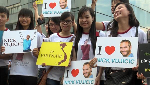 """Nhiều bạn trẻ đến sân bay Tân Sơn Nhất trước hai tiếng đồng hồ để chào đón Nick. Những tiếng hô vang """"Nick Vujicic, I love You"""" (Tạm dịch: Nick Vujicic, chúng tôi yêu anh) không ngừng vang lên trước cổng khu vực VIP của ga quốc tế."""