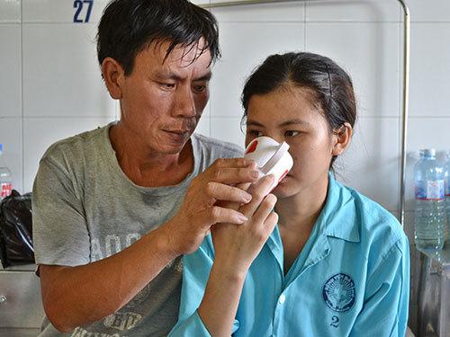 Na và bố tại khoa Nội tim mạch, Bệnh viện Đà Nẵng.