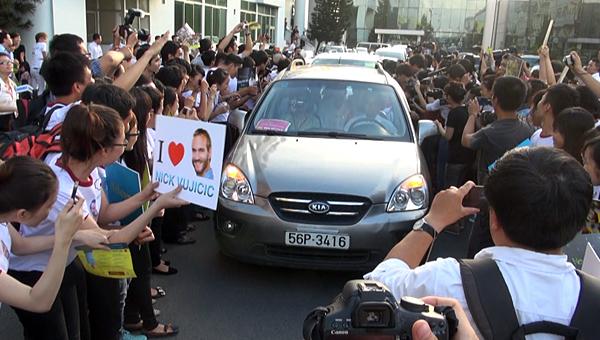 Khi đoàn xe rời sân bay, người hâm mộ và cánh phóng viên cố gắng vây lấy xung quanh để mong được nhìn thấy Nick Vujicic