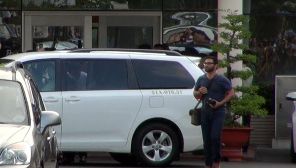 Chiếc xe đón Nick đỗ chắn ngang lối ra, các phóng viên bên ngoài không thể quan sát và chụp hình.