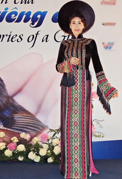 Hà Kiều Anh diện áo dài thổ cẩm đầy màu sắc, yểu điệu tạo dáng