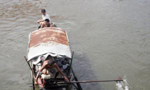 Người đàn ông bị tàu hỏa đâm bay qua cầu Bình Lợi