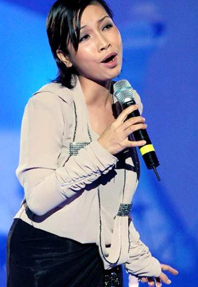Gia nhập làng giải trí từ năm 1993 cùng ban nhạc Hoa sữa, vài năm sau đó, Mỹ Linh đã vụt sáng, trở thành một trong 3 diva hàng đầu Việt Nam với những ca khúc nổi tiếng như Trên đỉnh Phù Vân, Chị tôi& Tuy vậy, lúc này phong cách thời trang của cô ca sĩ trẻ vẫn chưa có định hình rõ ràng hay có bản sắc riêng.