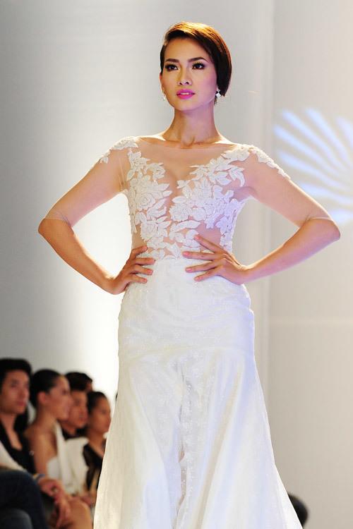Chiếc váy cưới mà người mẫu Anh Thư trình diễn tối qua là sự kết hợp giữa ren mỏng manh, lôi cuốn ở phần thân trên và voan mềm nhẹ ở phần chân váy.