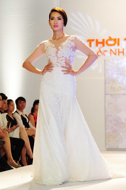 Chiếc váy không quá cầu kỳ, lộng lẫy nhưng lại thu hút sự chú ý bằng cách tôn vinh nét đẹp quyến rũ của cô dâu trong ngày cưới.