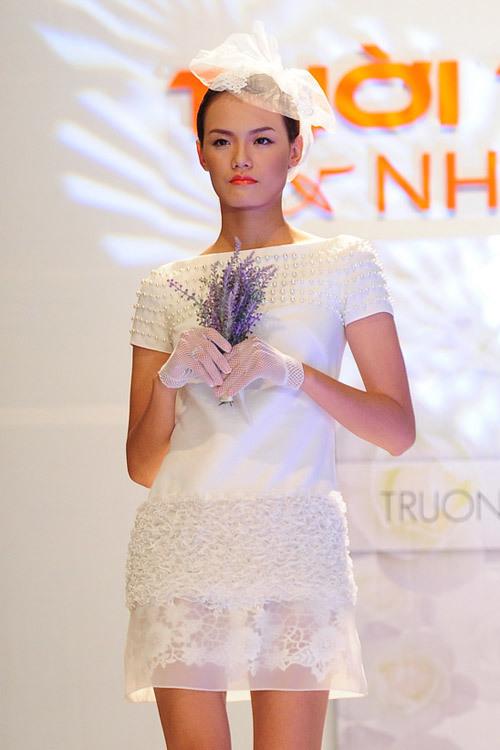 NTK Trương Thanh Hải cũng ra mắt những mẫu váy cưới ngắn, có tính ứng dụng cao dành cho cô dâu. Các tân nương có thể chọn váy cưới ngắn khi đón khách hoặc đi chào khách sau khi nghi lễ truyền thống kết thúc.