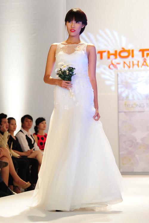 Mẫu váy cưới với hoa đính ngẫu hứng, tạo vẻ đẹp nhẹ nhàng cho cô dâu.