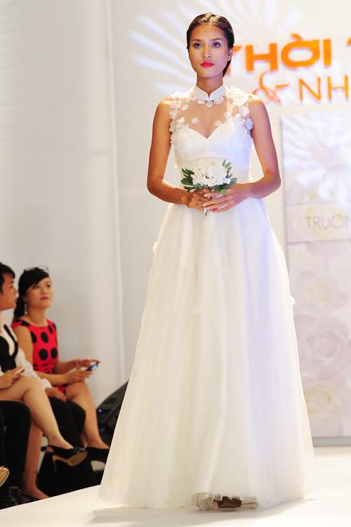 Ngoài chiếc váy ren hoa hồng gợi cảm, tối qua, NTK Trương Thanh Hải còn ra mắt nhiều mẫu váy cưới mới dành cho cô dâu.