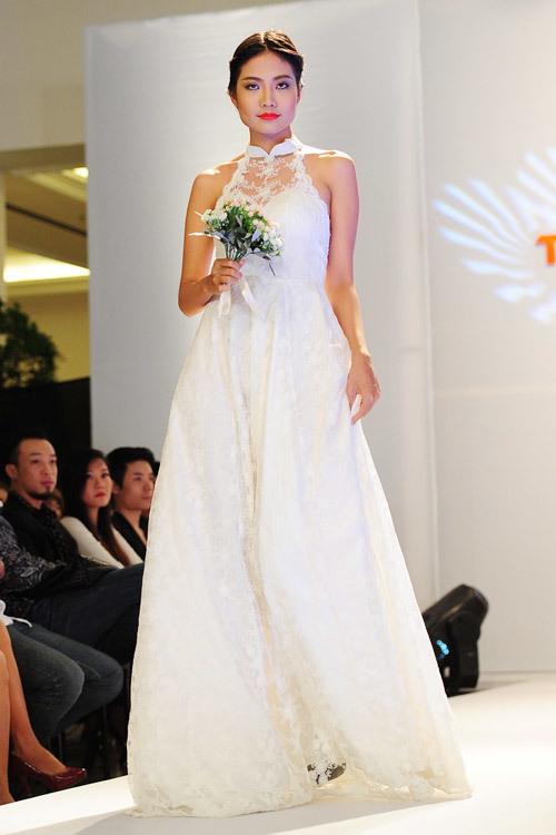 Năm nay, chất liệu ren vẫn không thể thiếu trong các mẫu váy cưới.