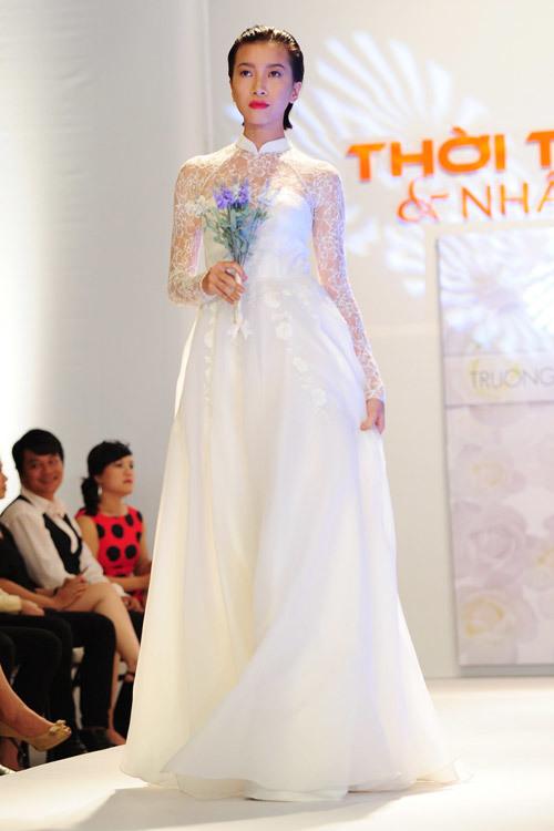 Nhà thiết kế còn kết hợp cả áo dài truyền thống với váy cưới, tạo nên một mẫu váy cưới cổ điển nhưng không kém phần lộng lẫy.