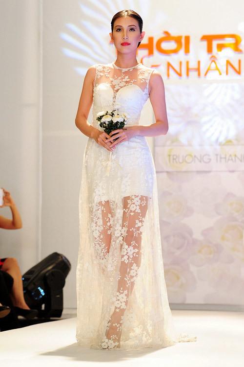 xu hướng váy cưới sắp tới vẫn đi theo lộ trình tối giản của những năm gần đây. Dáng áo thẳng đứng (column dress) sẽ là đại diện mới, tạo cảm giác nhẹ nhàng và gọn gàng cho cô dâu.