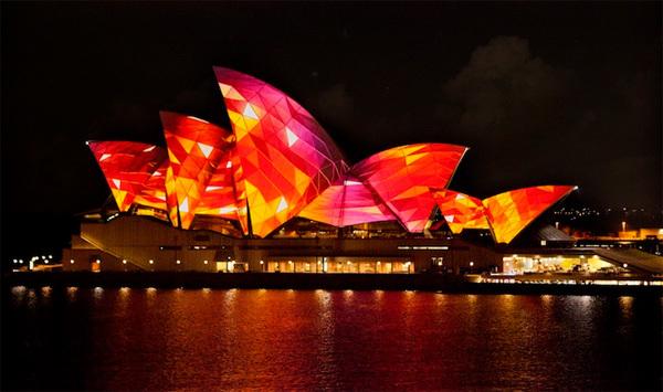 Từ ngày 24/5 - 10/6, lễ hội ánh sáng Vivid Sydney nổi tiếng Australia diễn ra liên tục với các màn trình diễn ánh sáng hoành tráng trên nền âm nhạc sôi động.