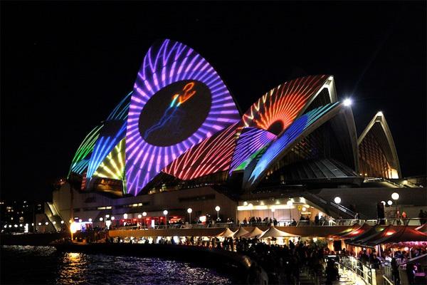 Lễ hội ánh sáng Vivid tại Sydney, Australia là một trong những lễ hội ánh sáng nổi tiếng nhất thế giới và thu hút hơn nửa triệu du khách tới đây tham dự dịp lễ này.