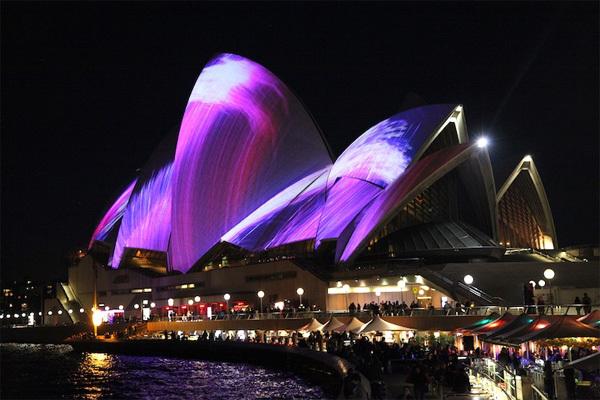 Màn trình diễn ánh sáng bên ngoài công trình nhà hát Opera Sydney huyền thoại chỉ là một phần của lễ hội, từ cầu cảng cho đến khắp đường phố Sydney những ngày này đều trở nên lung linh và rực rỡ ánh đèn. Những du khách may mắn tới Sydney dịp này sẽ có những trải nghiệm không thể quên.