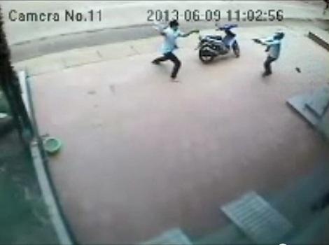Người dân dũng cảm dùng gạch đá đối đầu với tên cướp có súng. Ảnh cắt từ clip