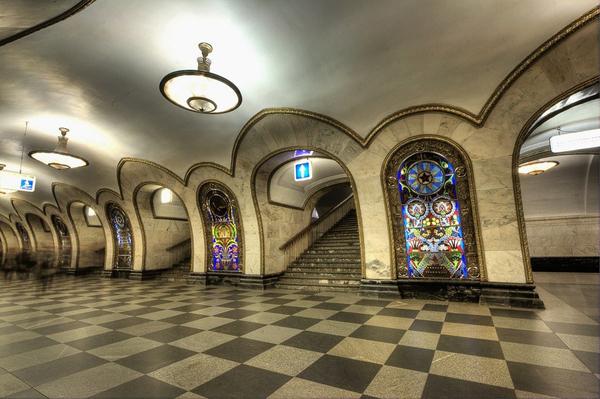 Những nhà ga này được xây dựng với những bức tường bằng đá cẩm thạch phản chiếu ánh sáng, trần