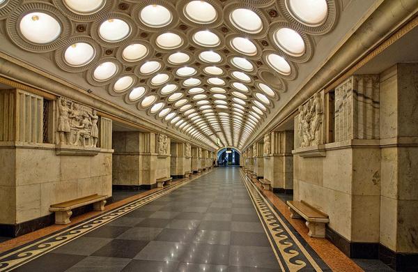 Trần ga Elektrozavodskaya được bao phủ bởi sáu hàng đèn lồng tròn với 318 chiếc đèn và 12 bức