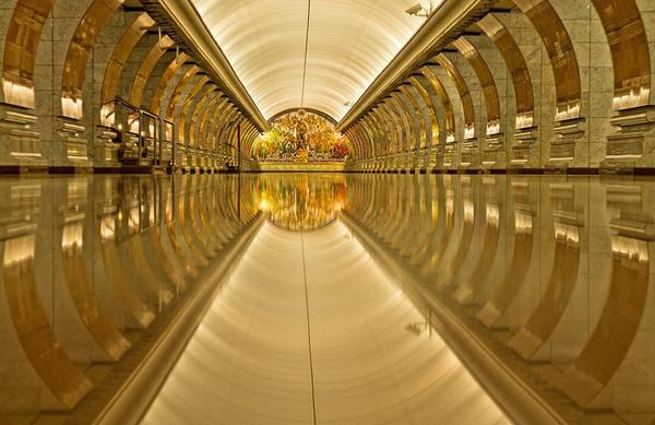 Ga công viên Pobedy lát đã sáng loáng như mặt gương, phản chiếu mái vòm tráng lệ, đồ sộ.