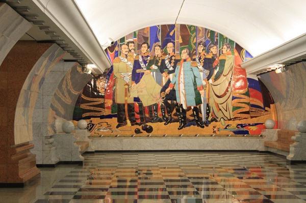 Đây là một phần của tác phẩm nghệ thuật trong nhà ga công viên Victory.