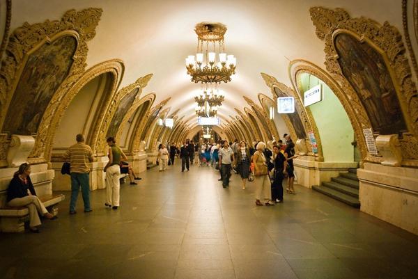 Tàu điện ngầm ở M bắt đầu hoạt động từ năm 1935 và hiện nay tuyến đường nó đi qua trải dài suốt 300km với 188 ga đỗ.
