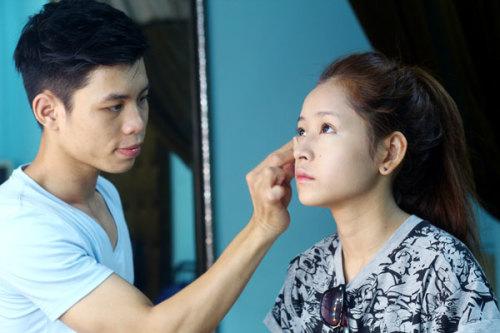 """Để chuẩn bị cho buổi chụp ảnh tạp chí, Chi Pu phải mất 2 tiếng ngồi trang điểm và làm tóc. Theo chuyên gia trang điểm Dũng Nguyễn, anh chọn tông màu nổi cho mắt và môi để khi lên hình, hotgirl sẽ """"ăn ảnh"""" hơn."""