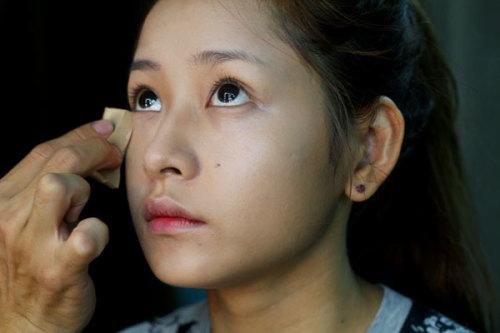 Tuy xác định tông trang điểm màu nổi bật nhưng lớp nền và kem lót, phấn phủ đều được tán đều, mỏng, tạo cảm giác làn da trong suốt. Màu phấn và kem lót tiệp với da, vừa giữ nét tự nhiên, vừa làm nổi bật mắt và môi.