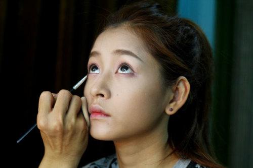 Kẻ viền mi mắt màu nâu để tạo ánh nhìn sâu và tự nhiên.