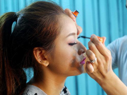 Chuốt lại mascara một lần nữa để đôi mắt thêm hoàn hảo.