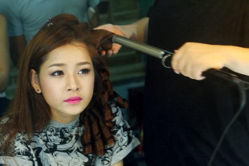 Kết hợp với kiểu trang điểm tươi trẻ, ngọt ngào, chuyên viên làm tóc quyết định chọn kiểu đơn giản, chỉ uốn cong và thả xõa tự nhiên.
