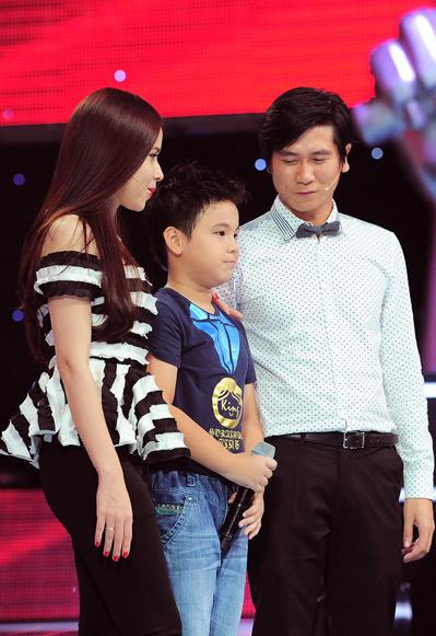 Vợ chồng Lưu Hương Giang lên sân khấu đón Phúc Nguyên về đội mình.