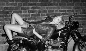 Kate Moss tạo dáng 'ngầu' trên xe mô tô