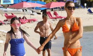 Phil Neville cùng bà xã 'cò hương' đi nghỉ mát