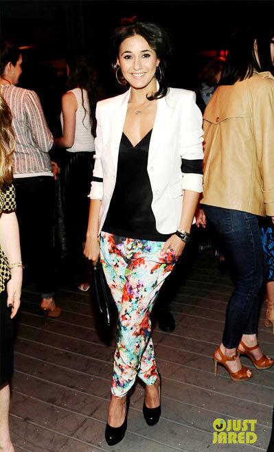 Ngôi sao seri phim Entourage Emmanuelle Chriqui thì kết hợp xu hướng đen trắng với chiếc quần mềm mại mang họa tiết hoa bắt mắt.