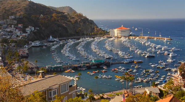 Catalina Island (xem clip) hay còn gọi là đảo Santa Catalina là một hòn đảo đá ngoài khơi bờ biển của tiểu bang California (Mỹ).